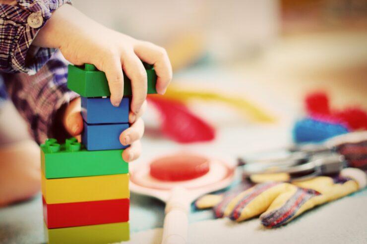 Kind spielt mit Bausteinen