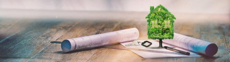 Haushaltssicherung: Zeichnungen zur Hausplanung liegen auf einem Tisch.