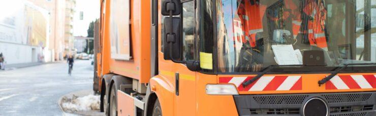 Abfallentsorgung: Müllwagen reinigt die straßen.