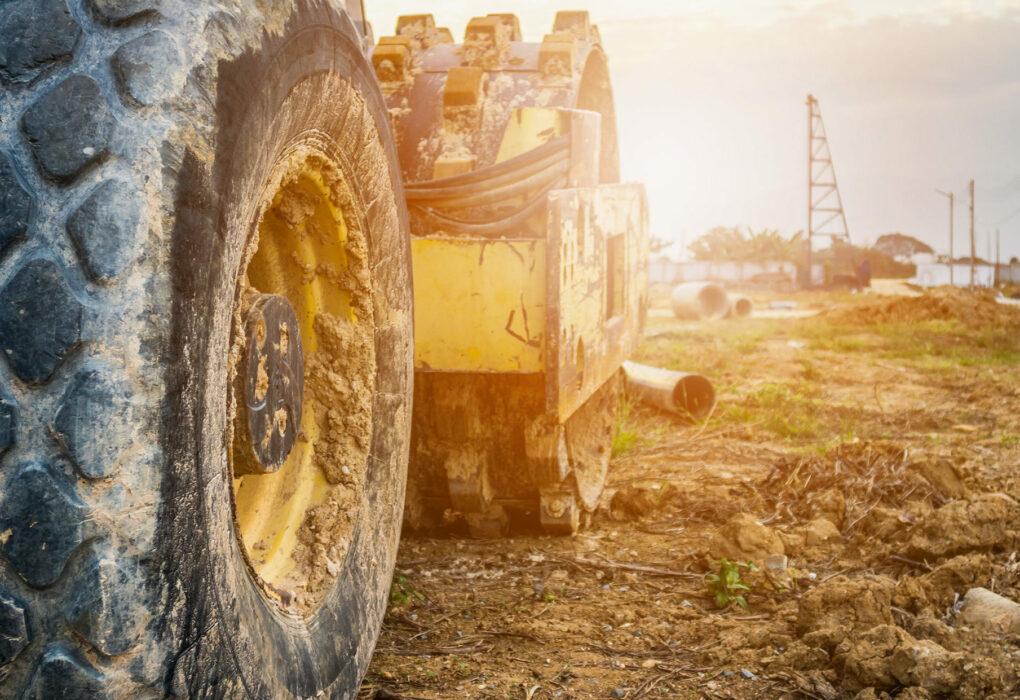 Betriebs- und Bauhofmanagement: Bagger der auf einer verlassenen Baustelle steht.