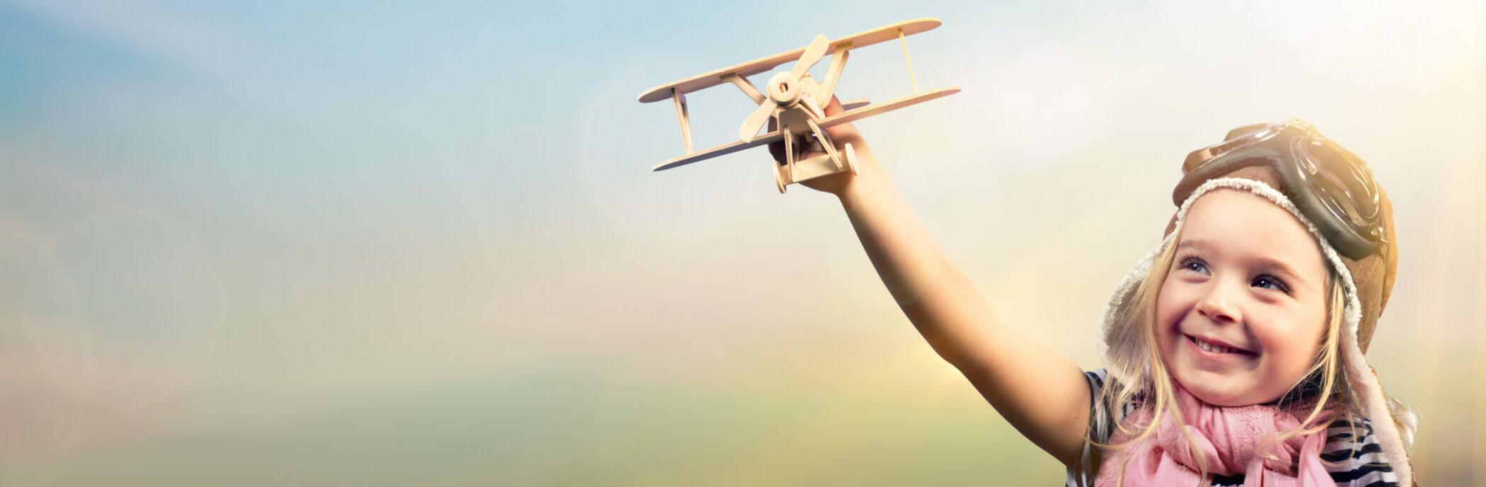 Elternbeiträge: Kind spielt mit einem Flugzeug.