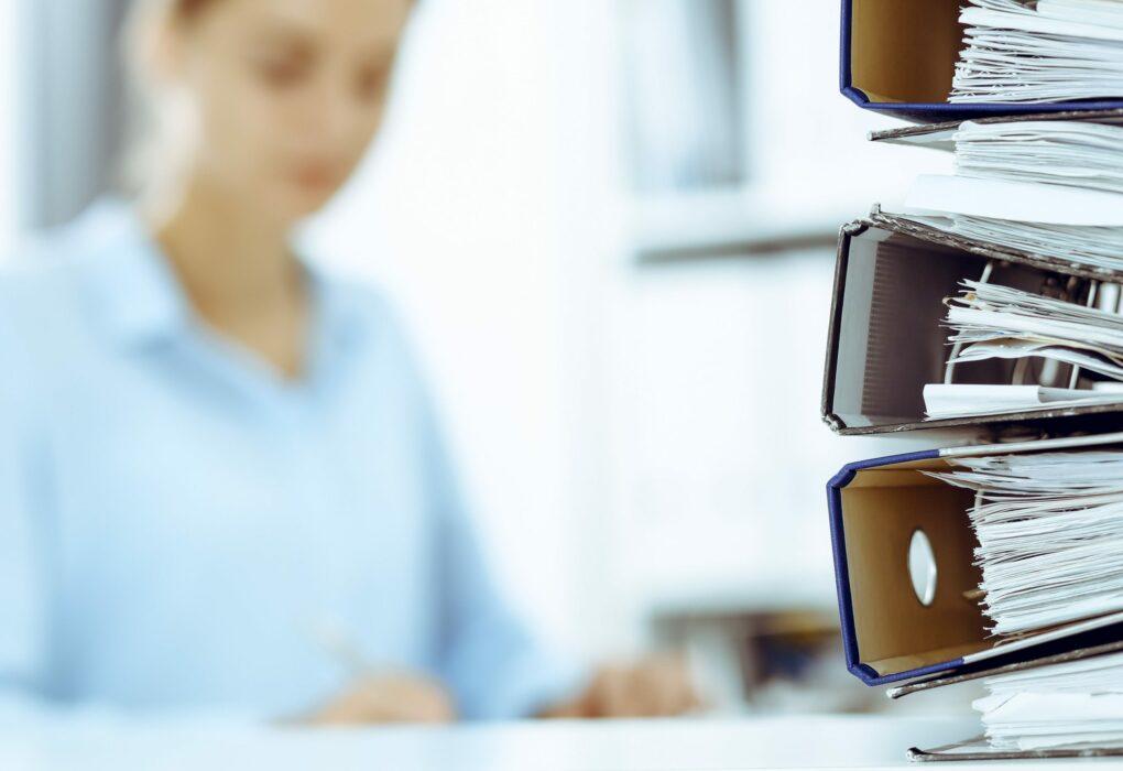 Gesamtabschluss: Frau arbeitet im Büro an einen Gesamtabschluss.