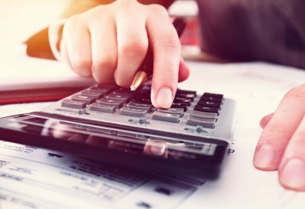 Geschätsbuchhaltung: Berechnungen mit einem Taschenrechner.