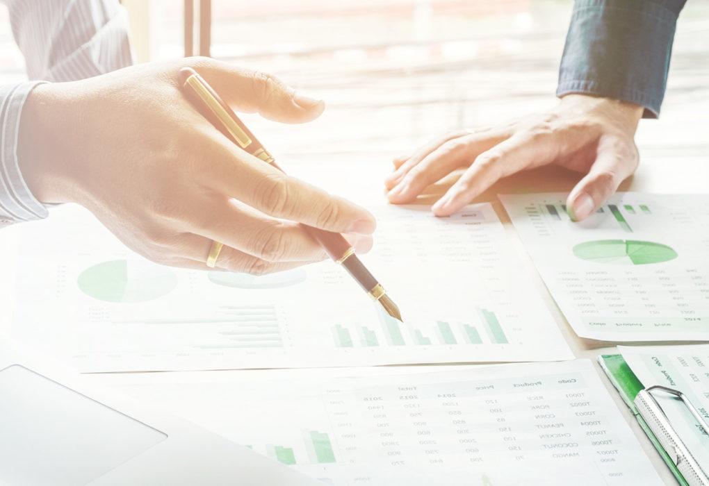 Wirtschaftlichkeit: Auswertung von Grafiken in einem Büro.